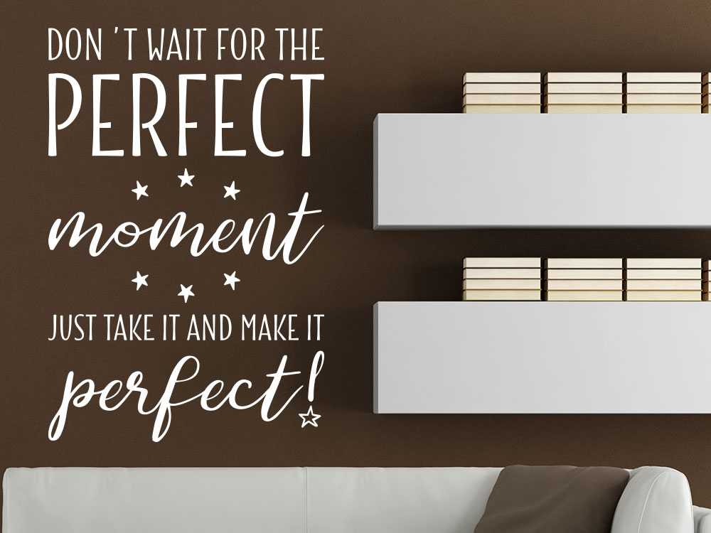 Wandspruch Don´t wait for the perfect moment neben Wohnzimmerregal