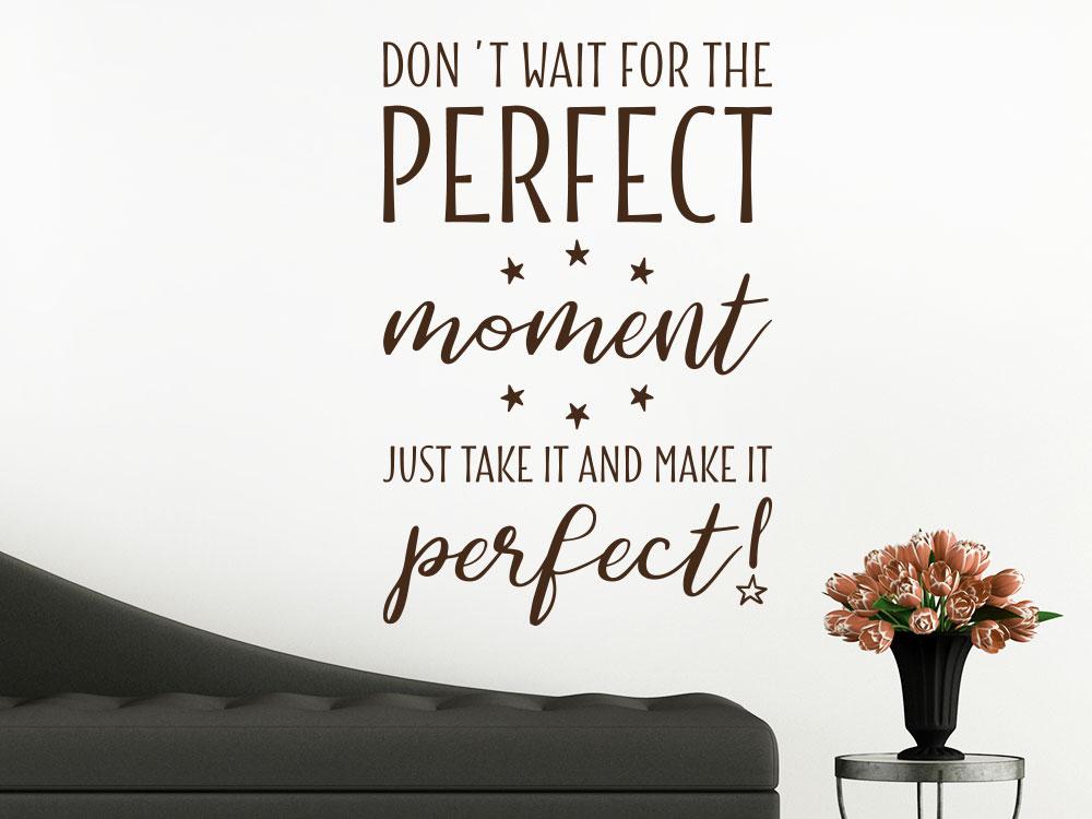 Wandtattoo Wandspruch Don´t wait for the perfect moment über Sofa im Wohnzimmer