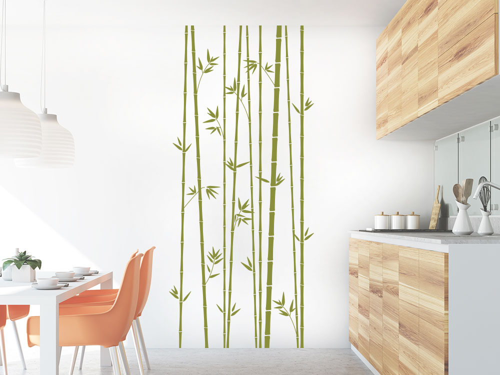 Wandatttoo Bambus Stangen als Hain auf heller Küchenwand Farbe Grün