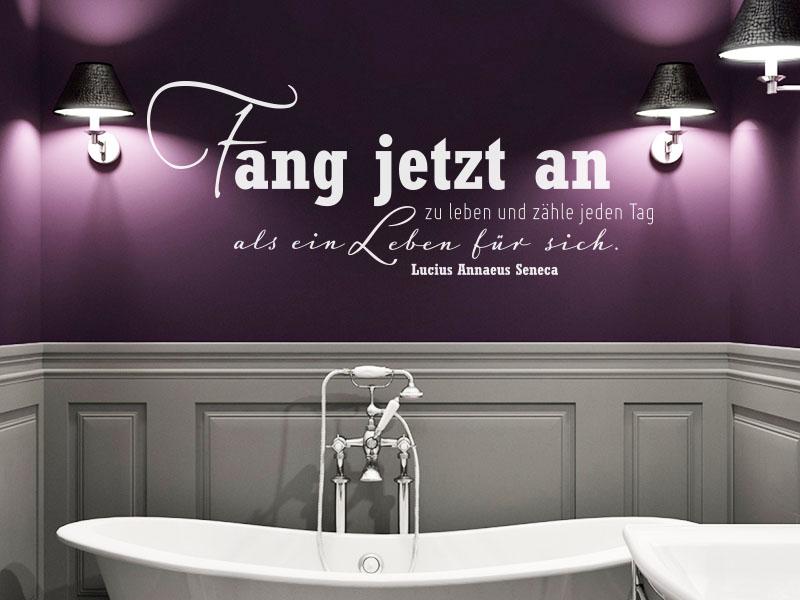 Wandtattoo Zitat Fang jetzt an zu leben und zähle jeden Tag als ein Leben für sich im Bad auf Lilafarbener Wand