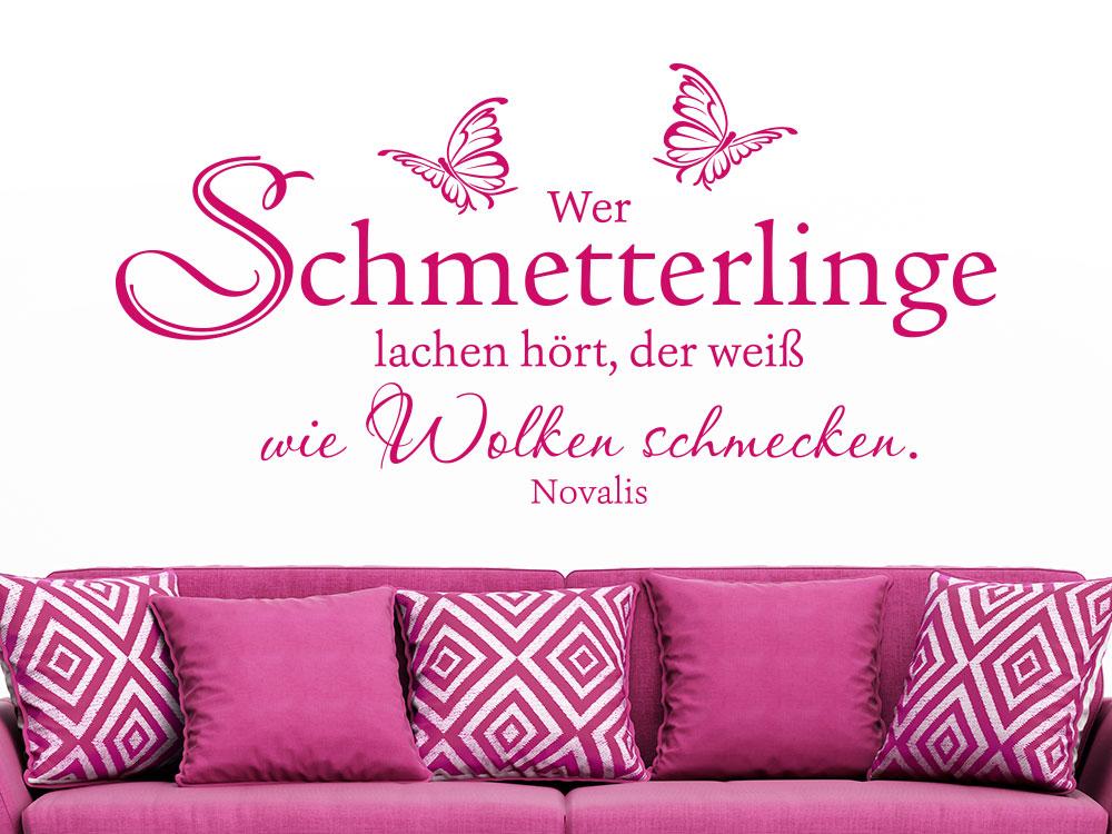 Wer Schmetterlinge lachen hört über einem pinken Sofa