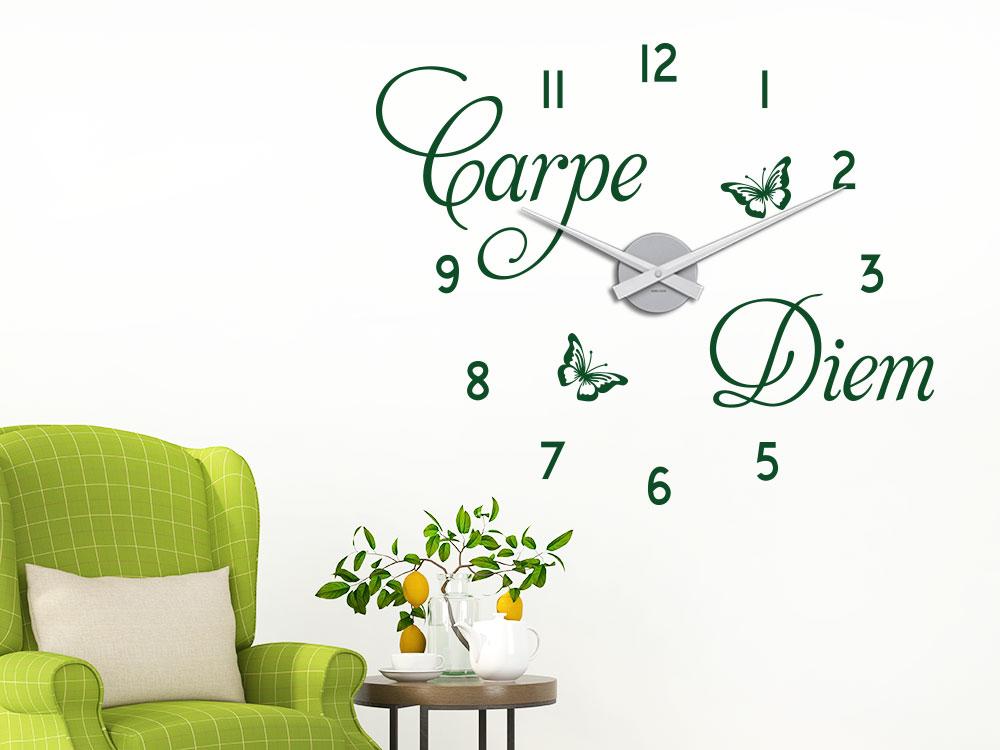 Carpe Diem Wandtattoo Uhr auf heller Wand im Wohnzimmer