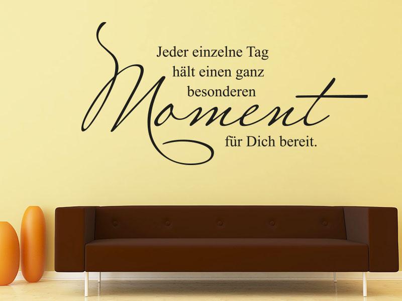 Wandtattoo Spruch Jeder einzelne Tag auf gelber Wohnzimmerwand