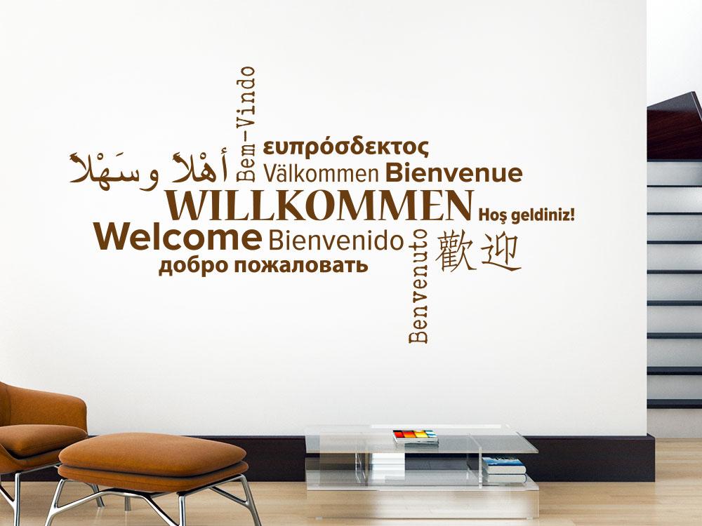 Willkommen Wandtattoo Sprachen auf heller Wand im Eingangsbereich