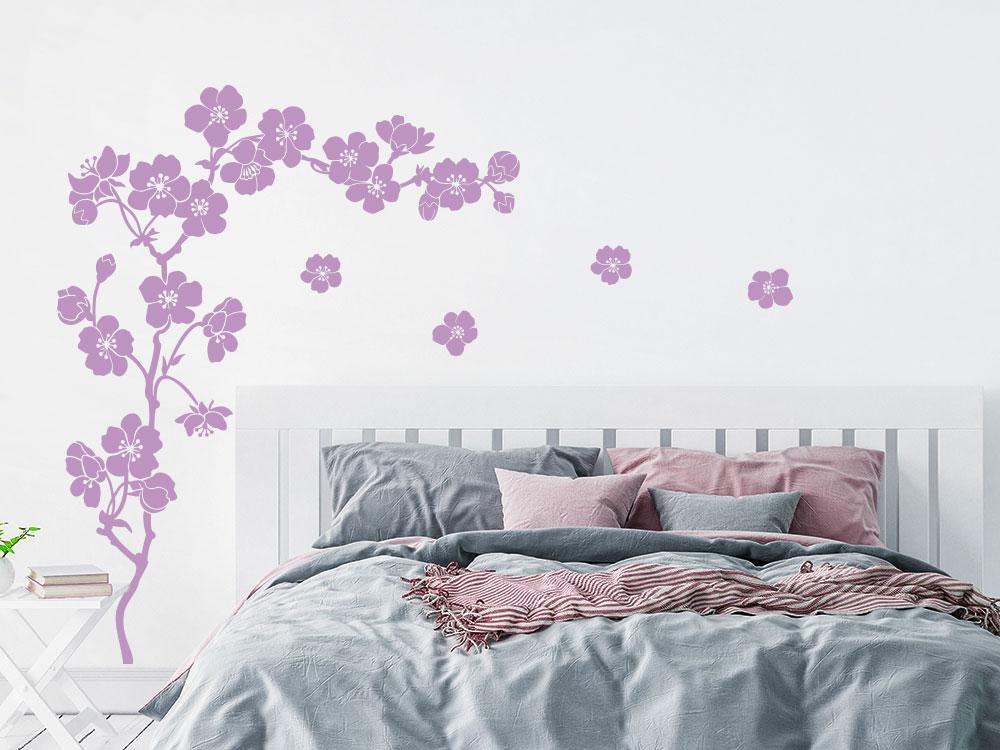 Wandtattoo Zweig mit Kirschblüten neben Bett