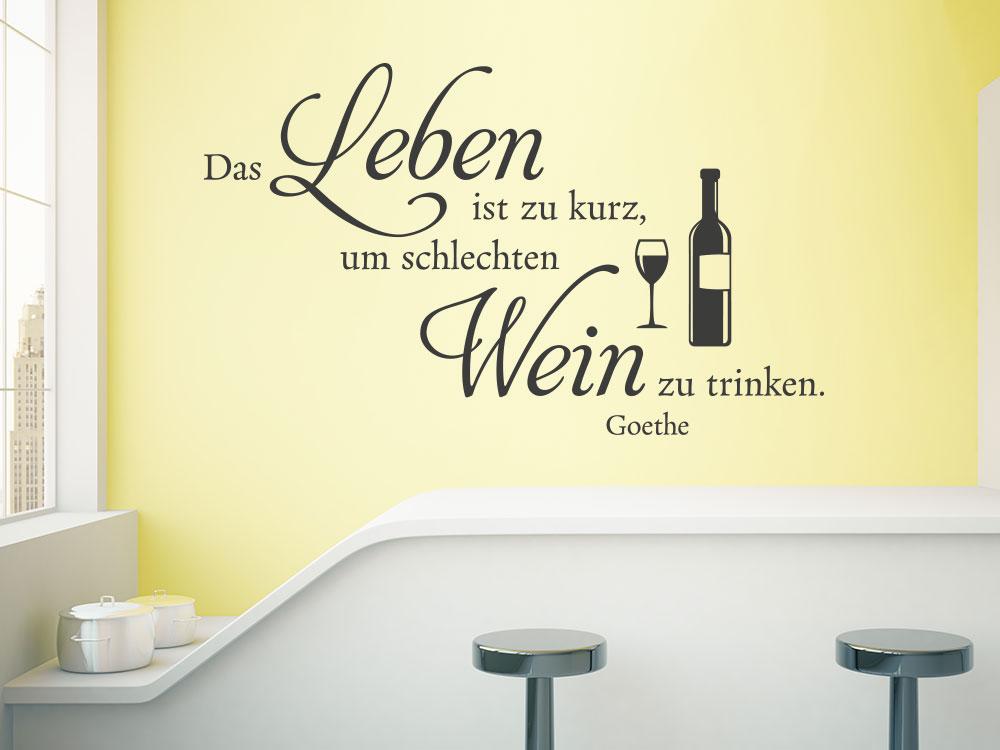 Wandtattoo Das Leben ist viel zu kurz um schlechten Wein zu trinken auf heller Küchenwand.