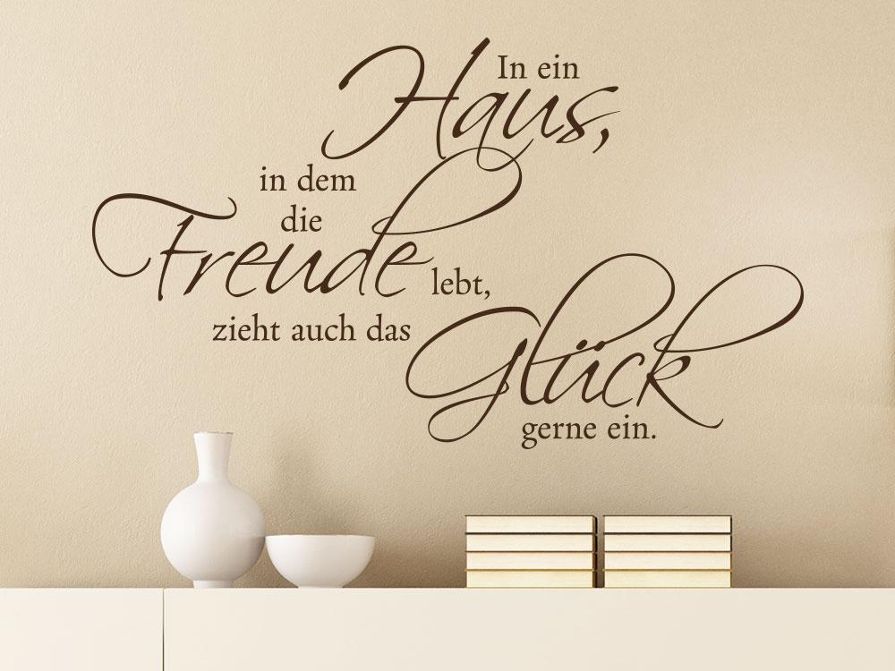 Schöner Wandtattoo Spruch  In ein Haus... auf hellbrauner Wand im Wohnzimmer