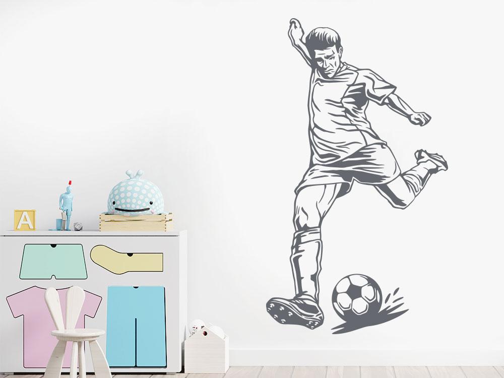 Wandtattoo Fußballspieler beim Ballschuss im Kinderzimmer