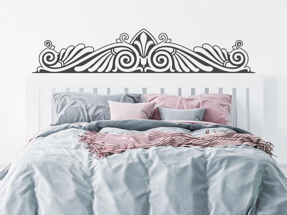Wandtattoo Barock Ornament über Kopfteil Bett im Schlafzimmer
