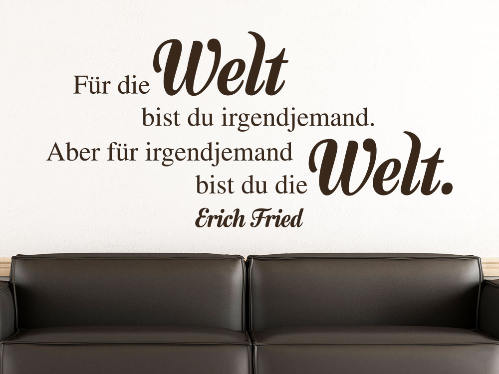Wandtattoo Für die Welt bist du irgendjemand auf heller Wand über Sofa