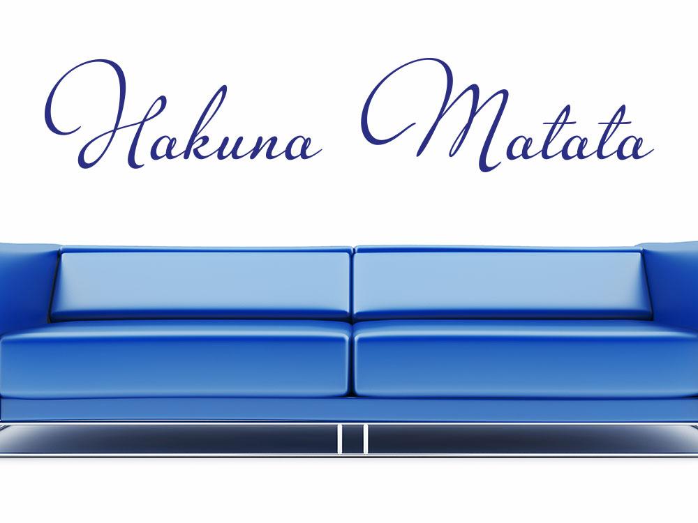 Wandtattoo Schriftzug Hakuna Matata Blau über Sofa