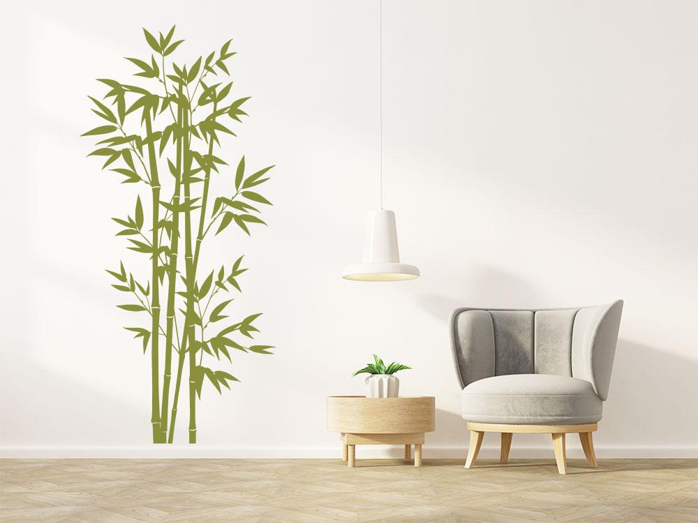 Wandtattoo Bambus Strauch auf heller Wand im Wohnzimmer in der Farbe Oliv