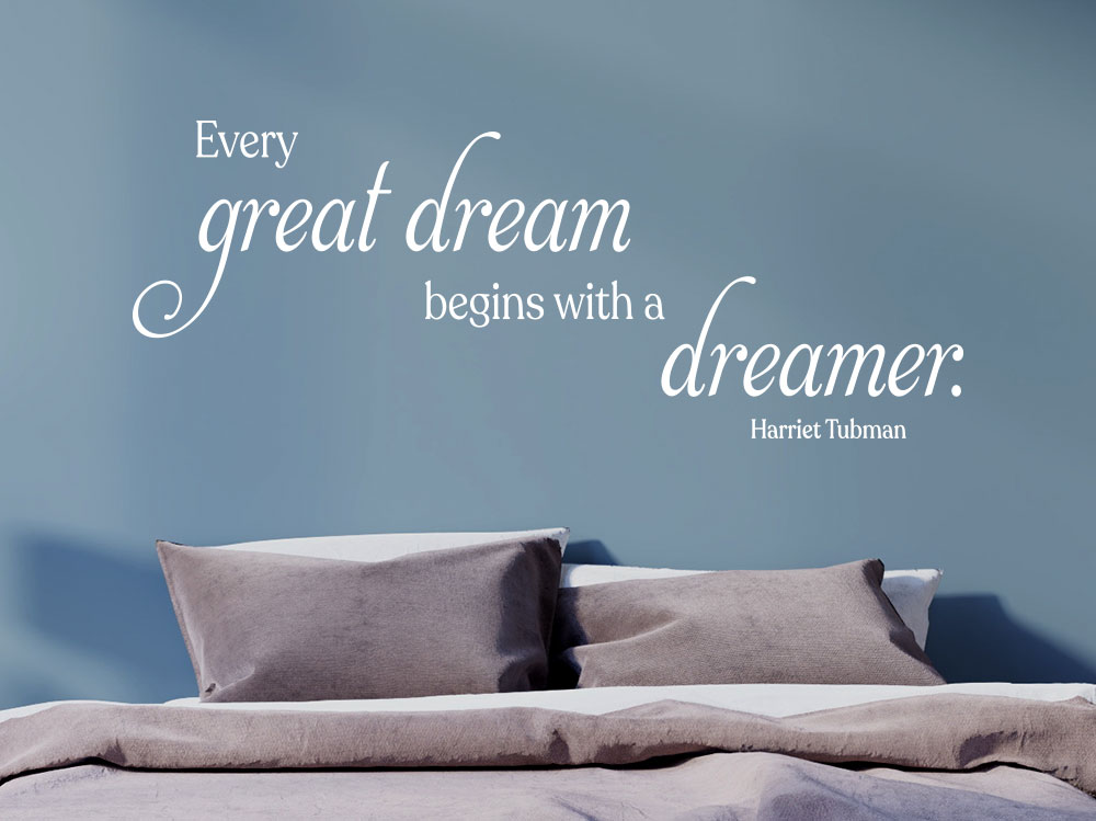 Wandtattoo Zitat Every great dream in weiss