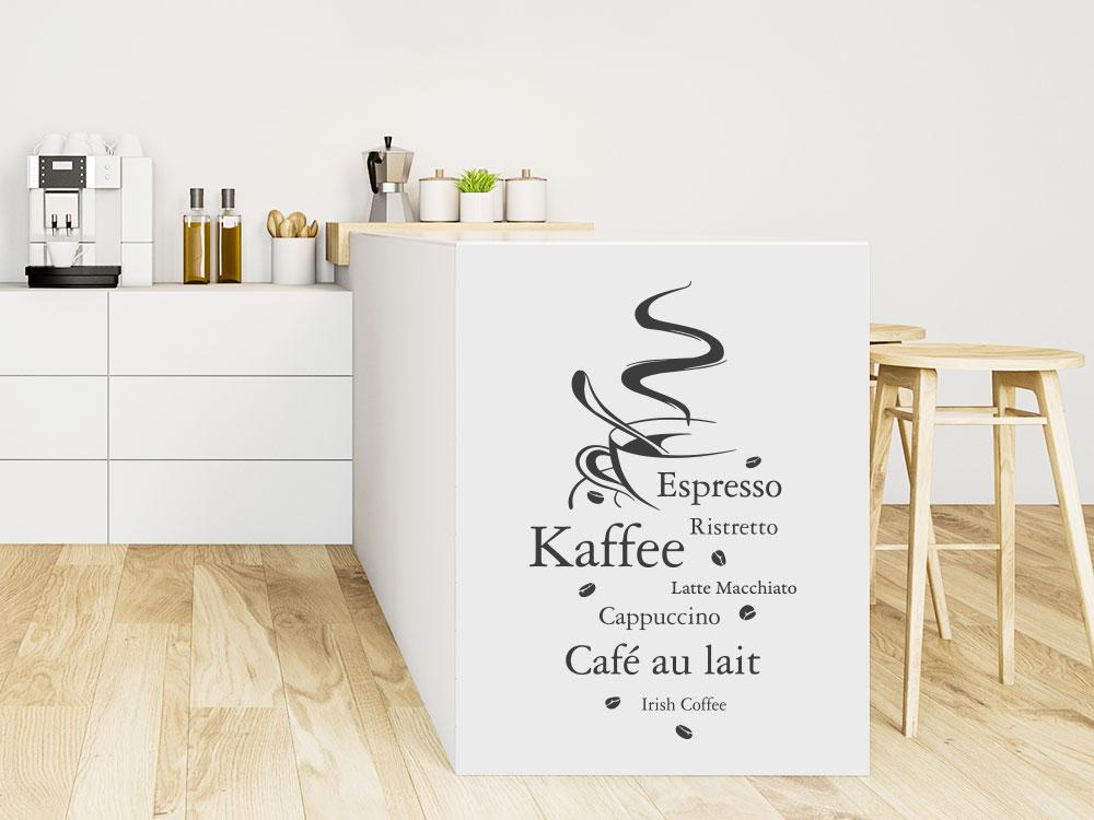 Wandtattoo Kaffeesorten mit dampfender Kaffeetasse und Kaffeebohnen
