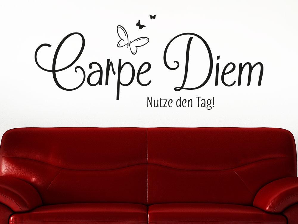 Wandtattoo Carpe Diem No.4 über rotem Sofa