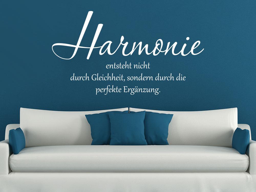 Wandtattoo Harmonie entsteht nicht durch Gleichheit auf dunkelblauer Wand