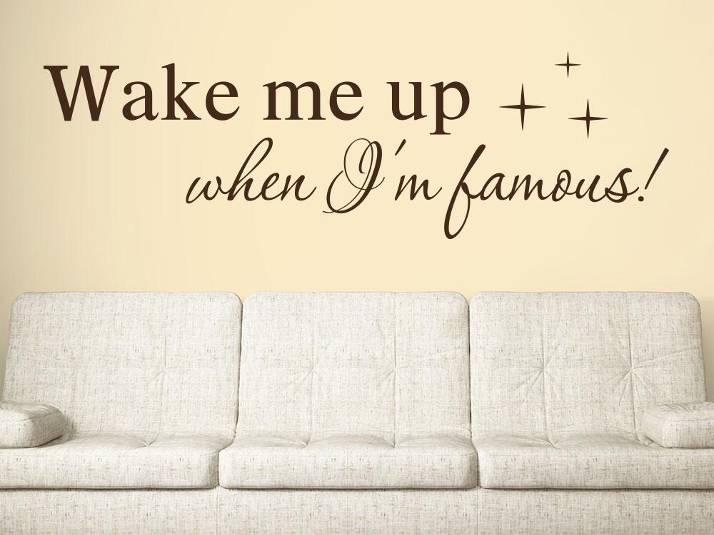 Wandtattoo Wake me up when I am famous Farbe braun im Wohnzimmer