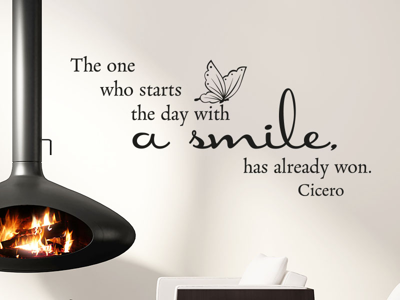 Wandtattoo The one who starts the day with a smile, has already won neben Kamin im Wohnzimmer
