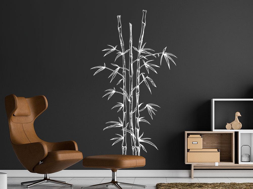 Bambus Wandtattoo Pflanze im Wohnzimmer auf dunkler Wand