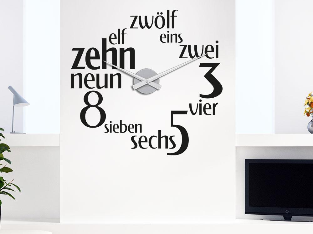 Wandtattoo Uhr Zahlenspiel im Wohnzimmer neben Fernseh