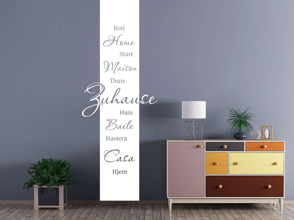 Wandtattoo Banner Zuhause Sprachen auf dunkler Wand im Flur
