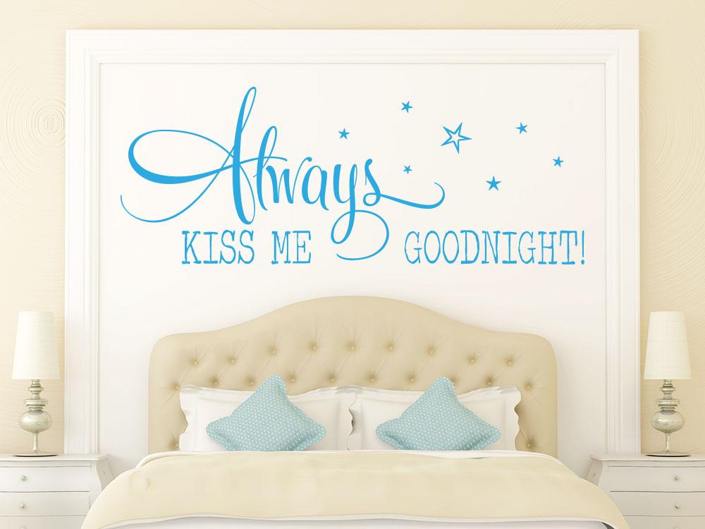 Wandtattoo Always kiss me... in hellblau über Doppelbett