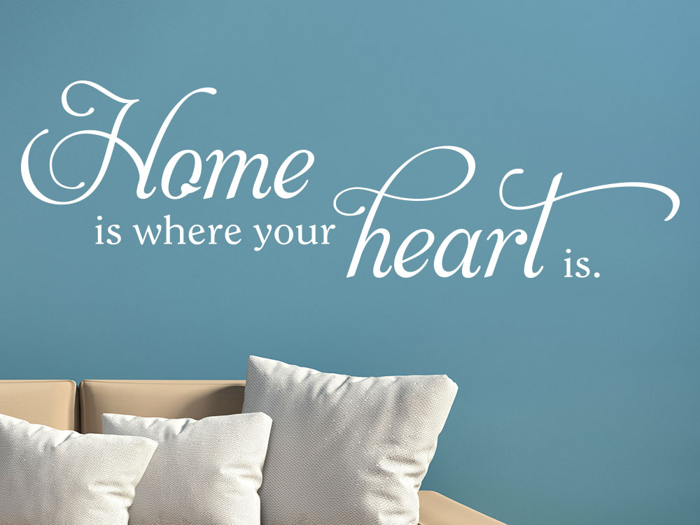 Wandtattoo Home is where your heart is im Wohnzimmer auf blauer Wand