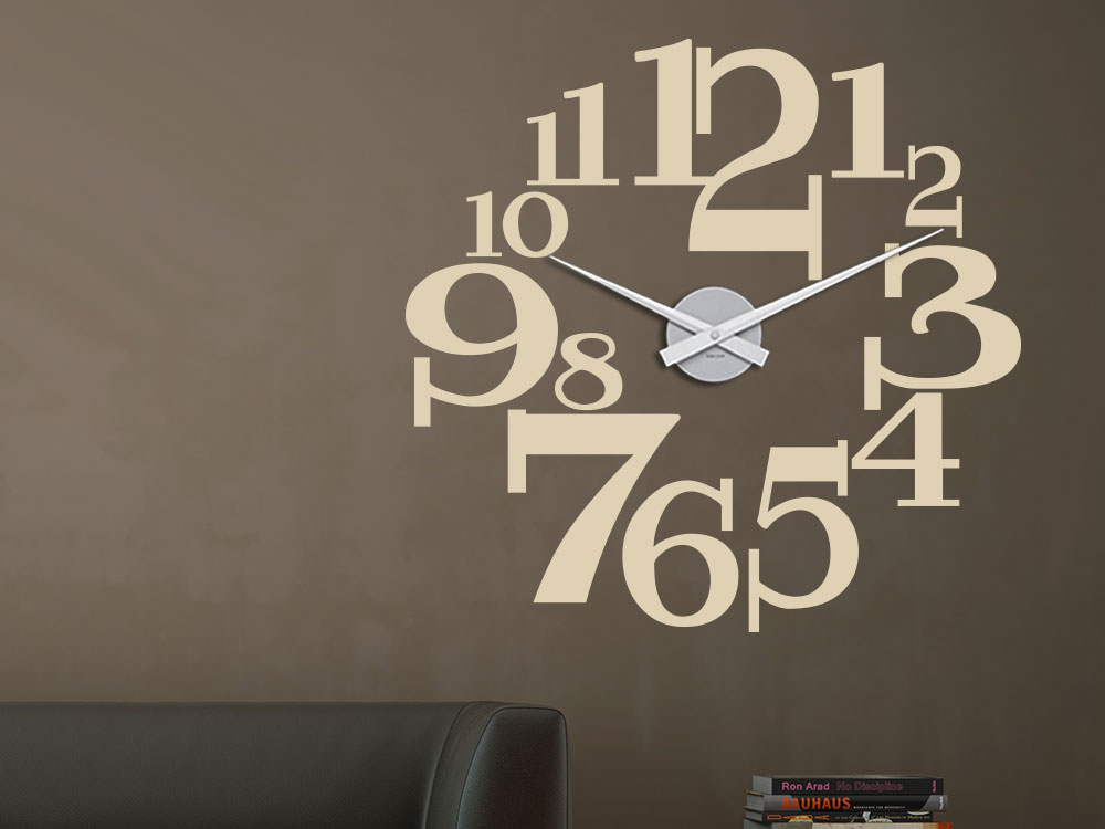 Wandtattoo Wanduhr große Zahlen über Sofa im Wohnzimmer