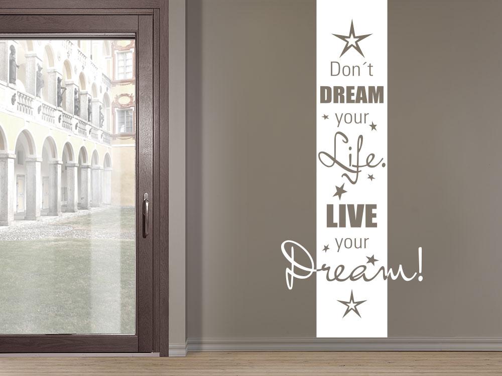 Wandtattoo Wandbanner Don't dream your life neben Schiebefenster im Wohnzimmer