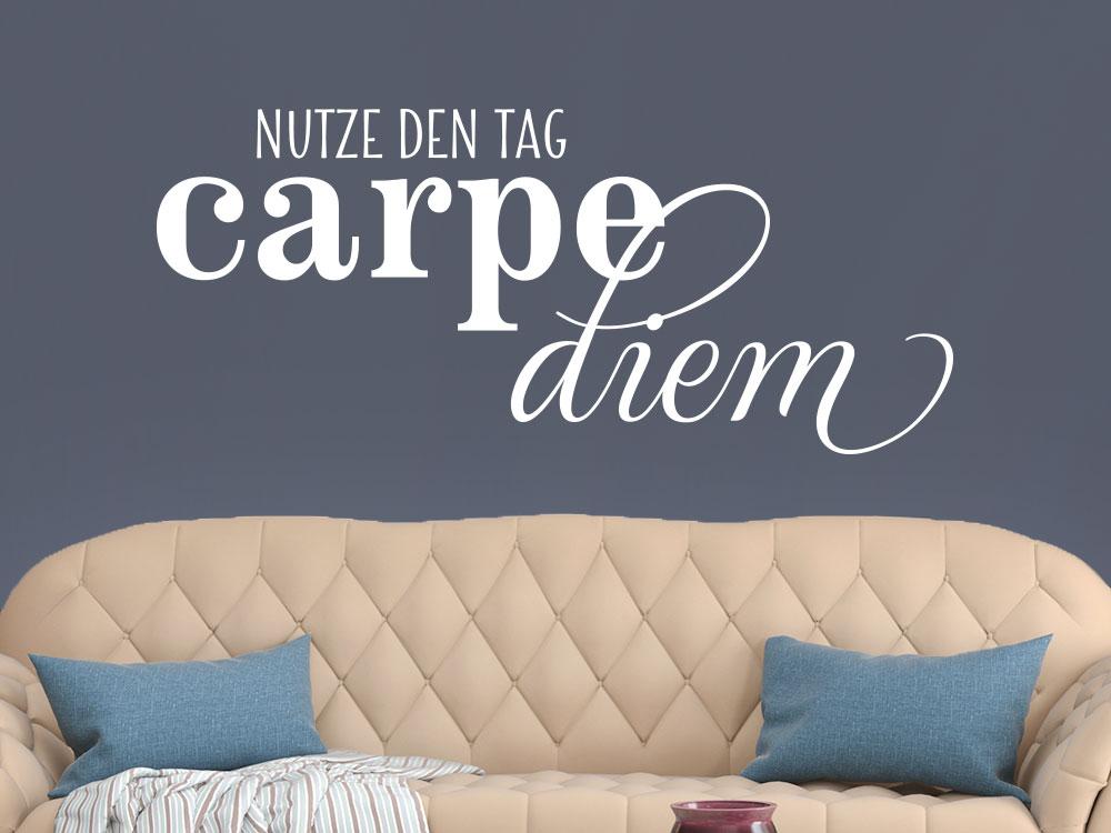 Wandtattoo Nutze den Tag - Carpe diem in Farbe weiss über Sofa