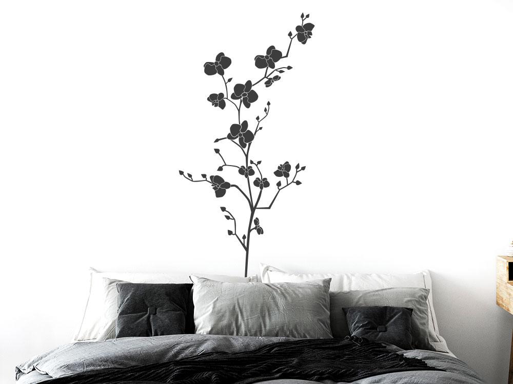 Wandtattoo Orchidee im Schlafzimmer hinter Doppelbett