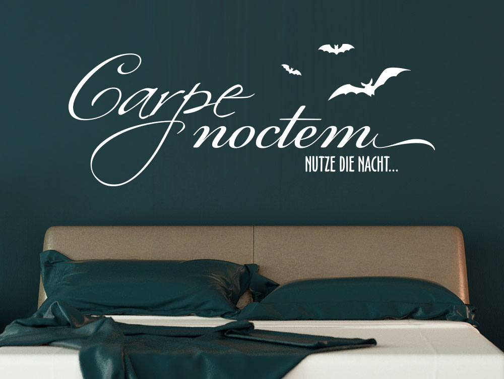 Wandtattoo Carpe Noctem mit Fledermäusen im Schlafzimmer über Doppelbett