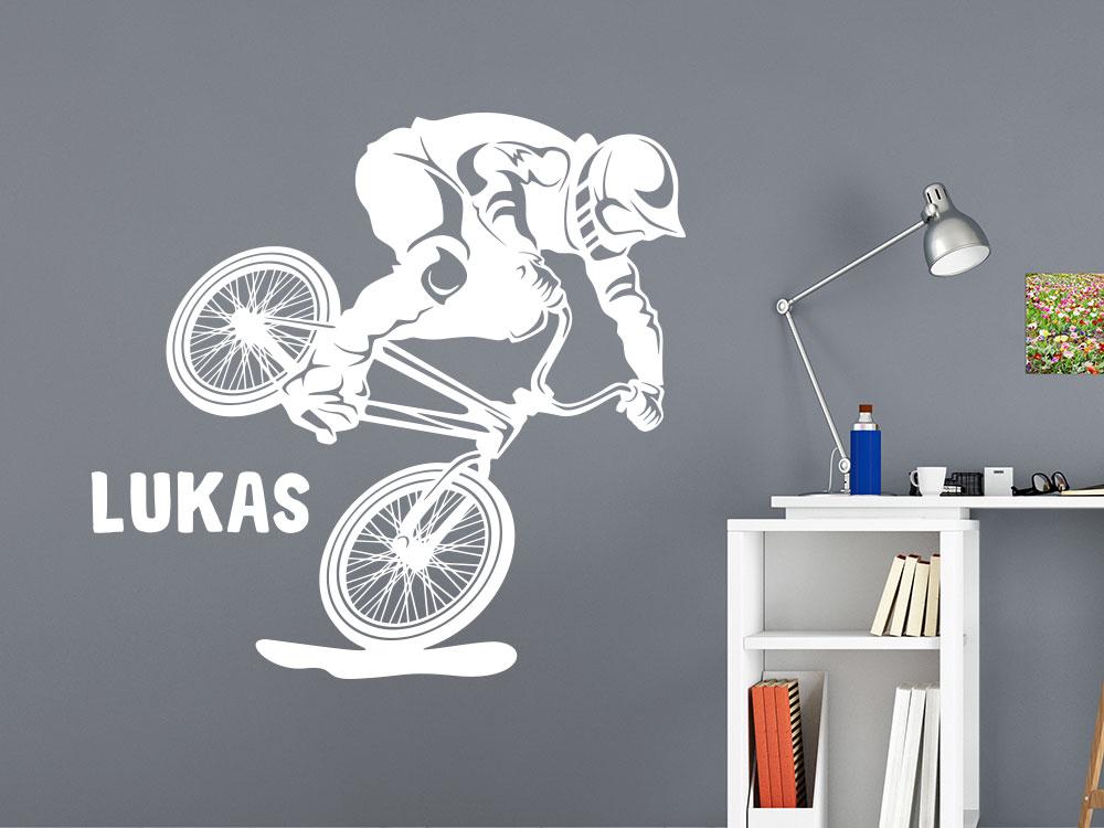 Wandtattoo BMX mit Wunschname neben Schreibtisch