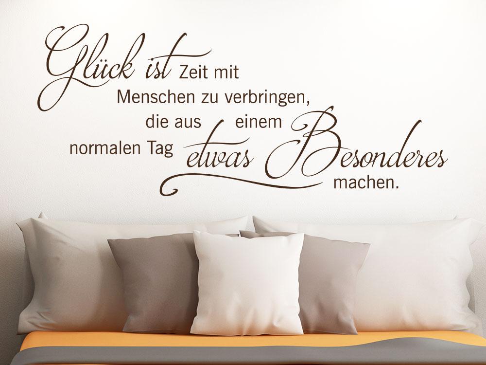 Wandtattoo Glück ist etwas Besonderes auf heller Wand im Schlafzimmer