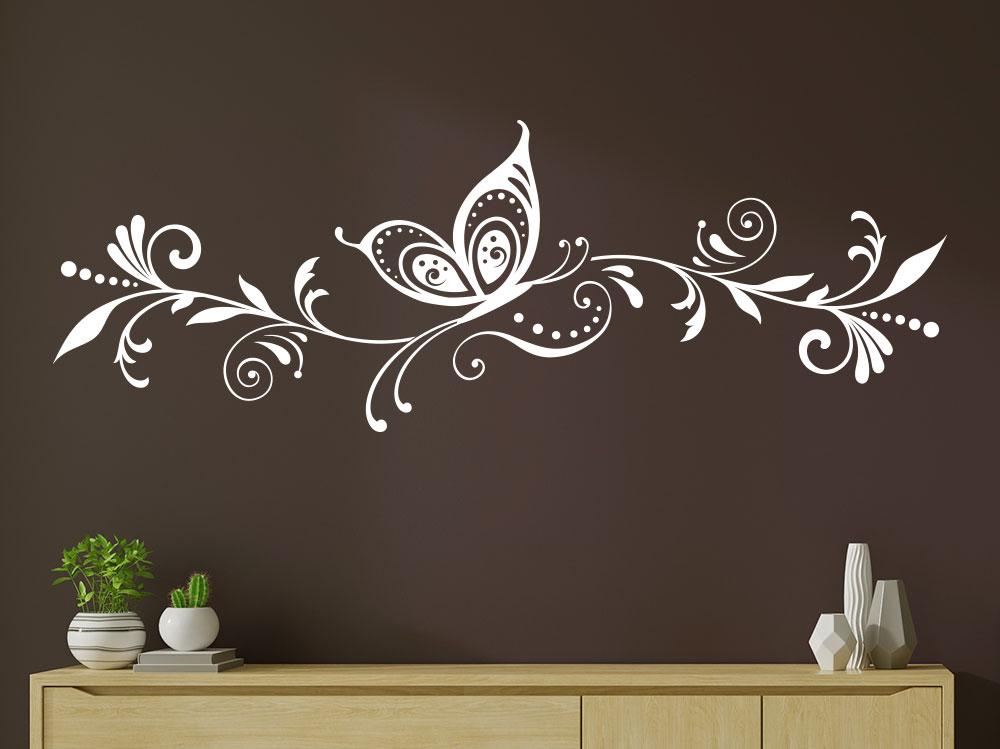 Wandtattoo Blütenranke mit Schmetterling auf brauner Wand