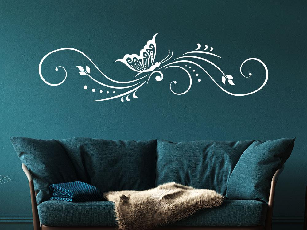 Wandtattoo Ornament mit dekorativem Schmetterling im Wohnzimmer