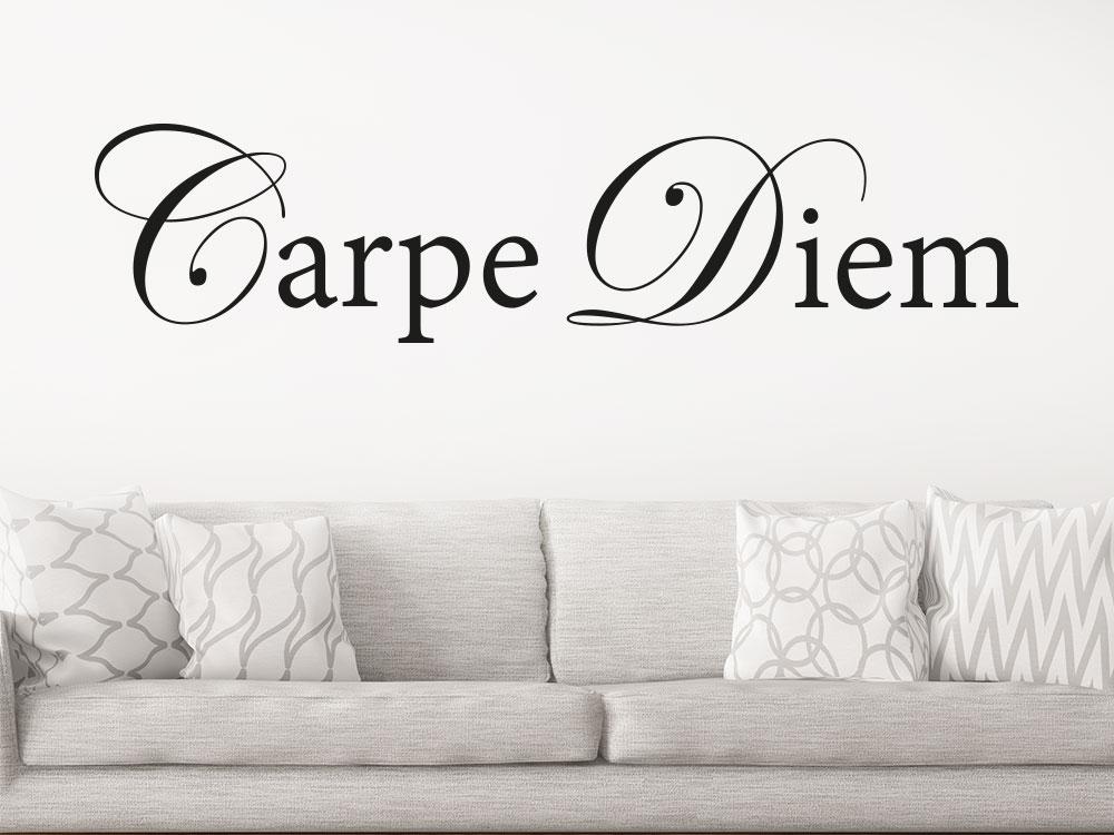 Wandtattoo Carpe Diem Schriftzug im Wohnzimmer