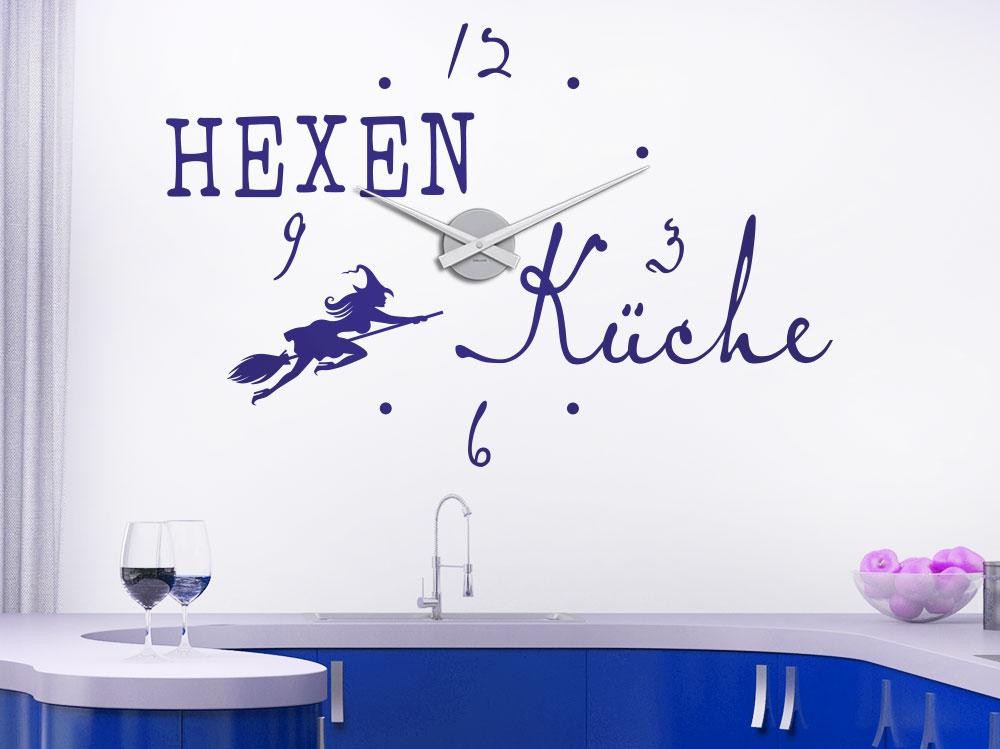 Hexenküche Wandtattoo Uhr auf heller Wand in Küche