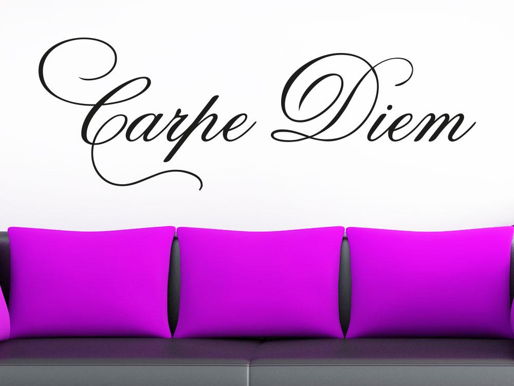 Wandtattoo Carpe Diem No.01 über Couch mit Lila Kissen