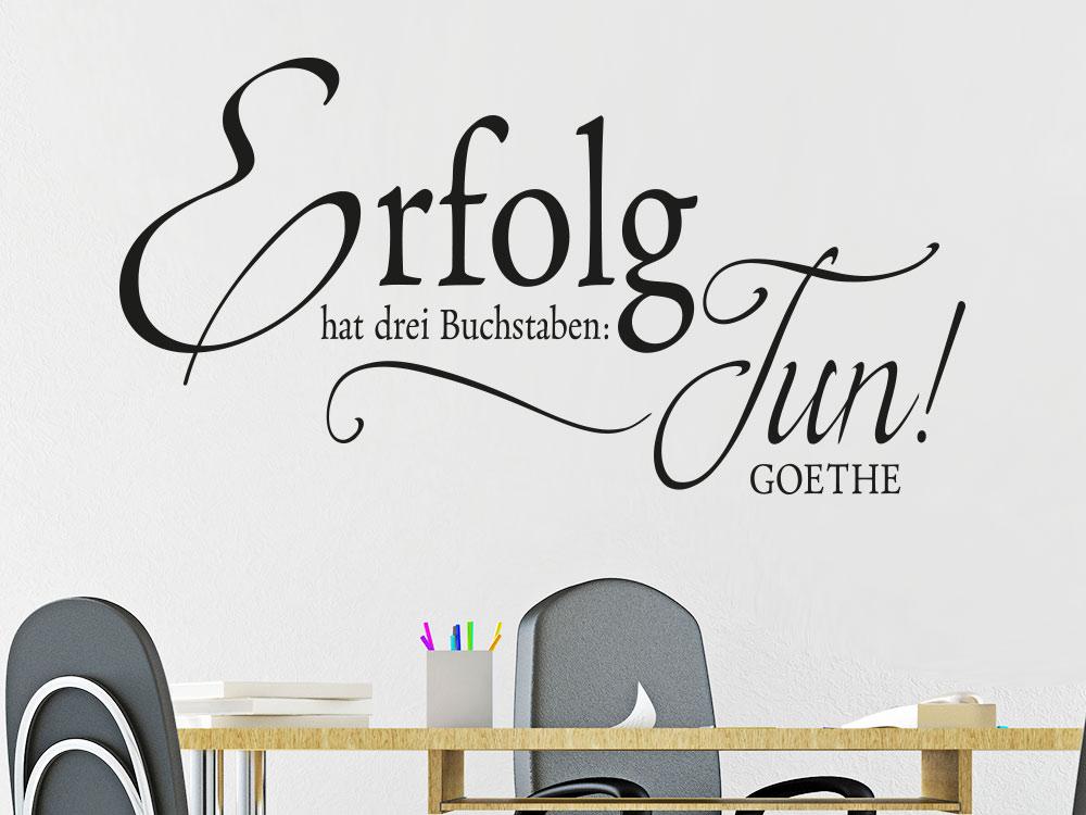 Büro Wandtattoo Erfolg hat drei Buchstaben: Tun!  über Schreibtisch.