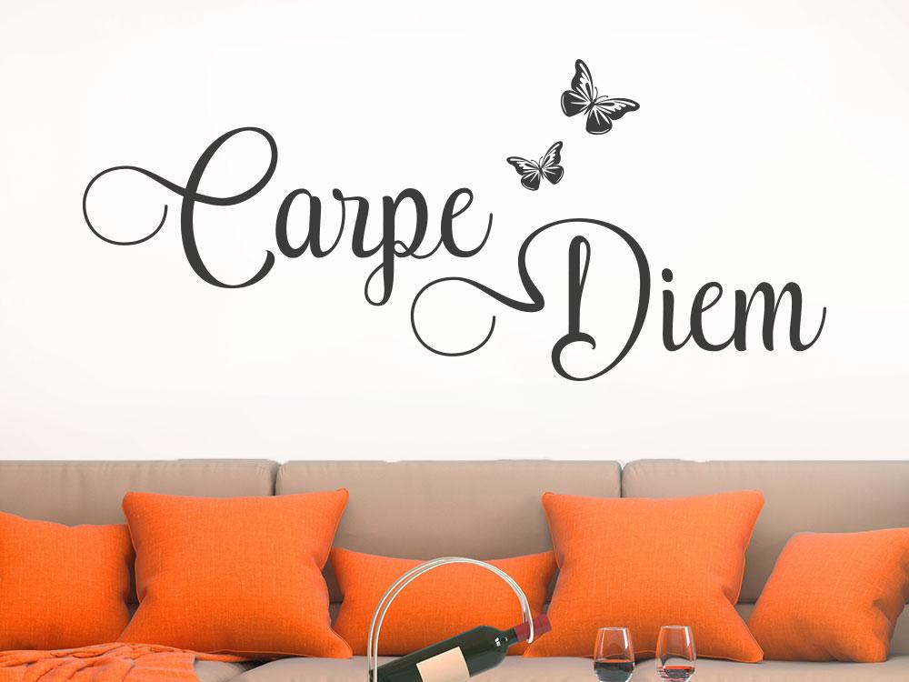 Wandtattoo Carpe Diem mit elegantem Schmetterling auf heller Wohnzimmerwand