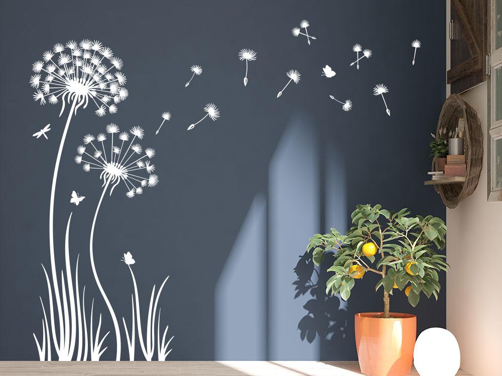Pusteblume Wandtattoo im Gras im Eingang auf blauer Wand