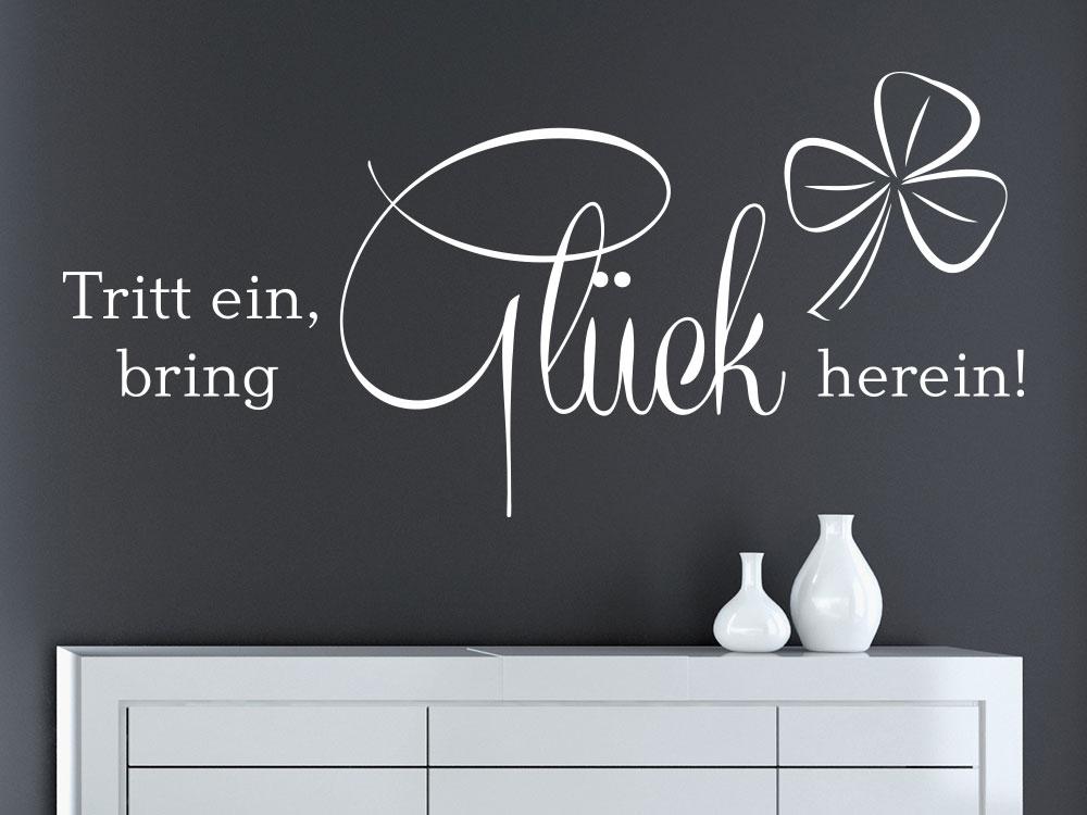 Wandtattoo Tritt ein bring Glück herein mit Kleeblatt auf dunkler Wand