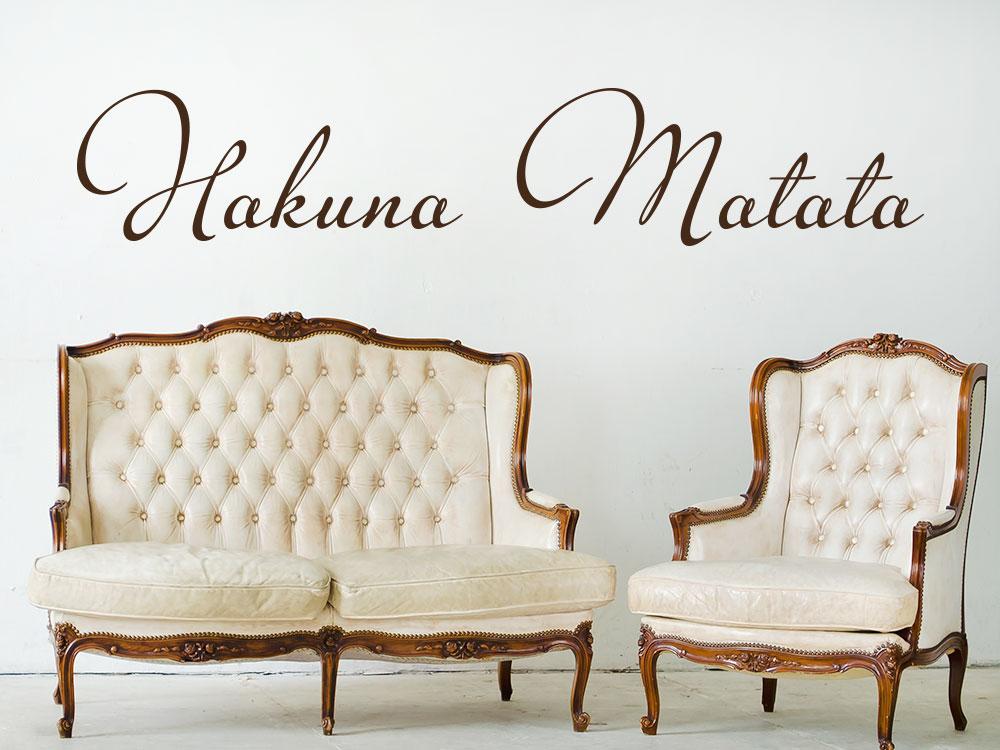 Wandtattoo Schriftzug Hakuna Matata im Wohnzimmer