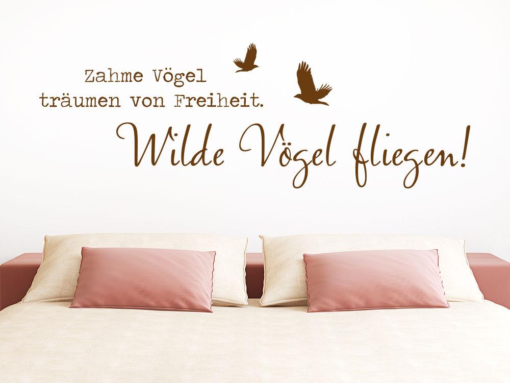 Wandtattoo Wilde Vögel fliegen auf heller Wand im Schlafzimmer
