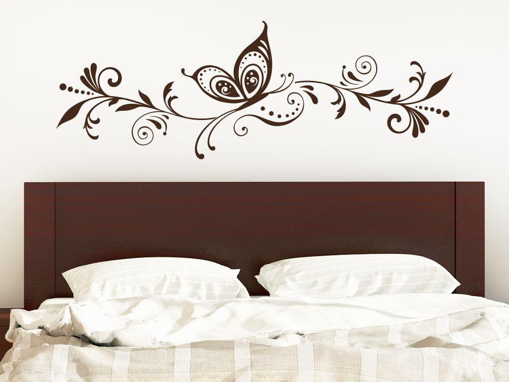 Wandtattoo Schmetterling Ranke Ornament im Schlafzimmer