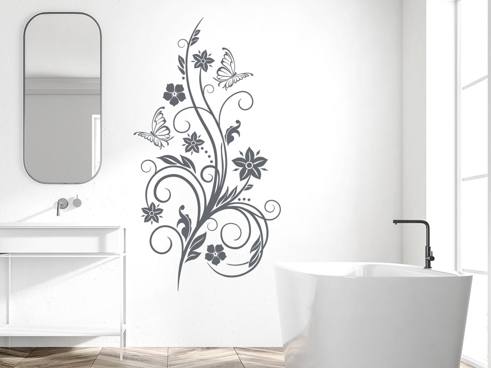 Dekorative Wandtattoo Ranke auf heller Wand im Badezimmer