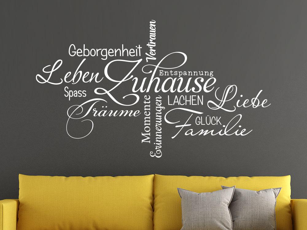 Wandtattoo Zuhause Wortwolke auf dunkler Wand im Wohnzimmer