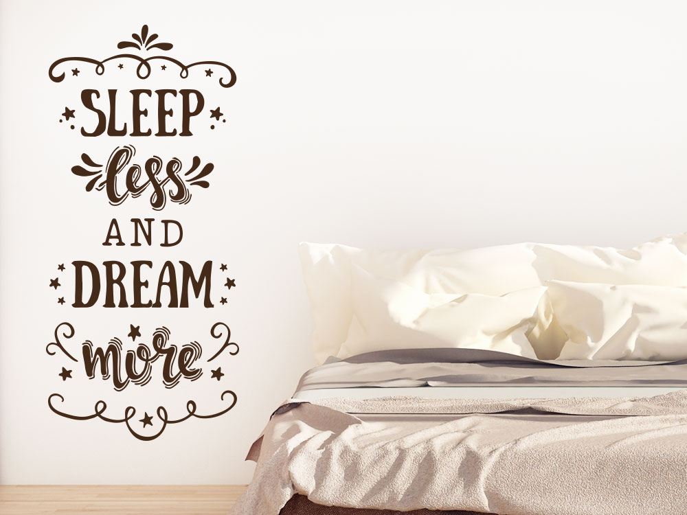 Wandtattoo Slepp less and dream more helle Wand neben Bett
