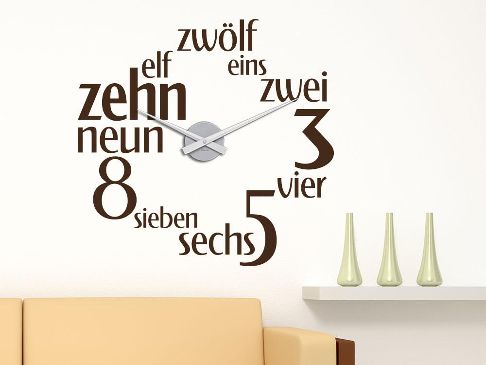 Wandtattoo Uhr Zahlenspiel auf heller Wandfläche